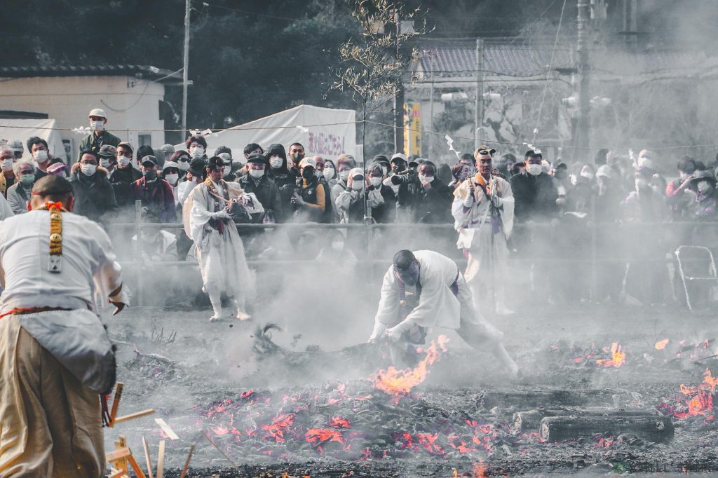 เทศกาลเดินลุยไฟของภูเขาทาคาโอ Takao Fire-Walking Festival (Hiwatari-sai)